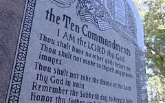 Монумент с десятью заповедями. Фото с сайта koco.com