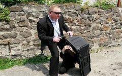 Охранник с бронепапкой. Фото с сайта 9security.com.ua