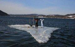 Рыбаки на льдине. Фото с сайта 19.mchs.gov.ru
