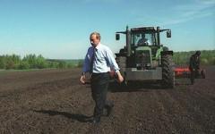 Владимир Путин тестирует сельхозтехнику. Фото с сайта brend-service.ru
