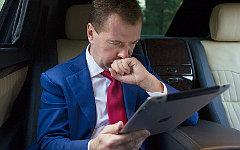 Дмитрий Медведев с iPad © РИА Новости, Сергей Гунеев