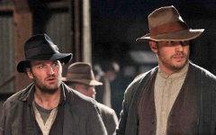 Д.Кларк (слева) и Т.Харди. Кадр из фильма «Самый пьяный округ в мире»