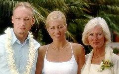 А.Брейвик с сестрой Элизабет и матерью Венк Беринг. Фото из личного архива семьи