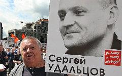 Пикетчик с портретом С. Удальцова © KM.RU, Алексей Белкин