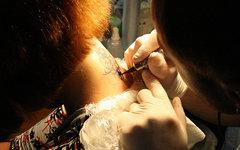 Процесс нанесения татуировки. Фото с сайта wikipedia.org