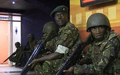 Бойцы спецназа в торговом центре. Кадр телеканала Russia Today