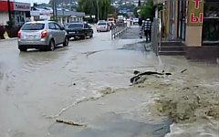 Затопленная улица Лоо. Стоп-кадр с видео в YouTube
