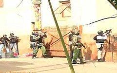 Силовики у здания торгового центра Westgate. Стоп-кадр с видео в YouTube