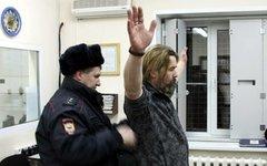 С.Троицкого обыскивает полиция. Фото пресс-службы УТ МВД РФ по СФО
