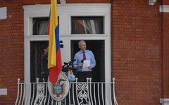 Ассанж выступает с балкона эквадорского посольства. Фото с сайта wikimedia.org