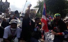 Участники акции протеста в Бангкоке. Фото пользователя Twitter Samantha Hawley