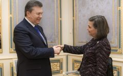 Виктор Янукович и Виктория Нуланд. Фото с сайта president.gov.ua