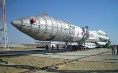 Ракета «Протон-М» перед установкой на стартовый стол. Фото с сайта wikimedia.org