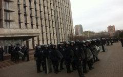 Милиция у здания ОГА Донецка. Фото пользователя Твиттера @novostidnua