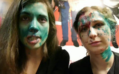 Надежда Толоконникова и Мария Алехина. Стоп-кадр видео с Youtube
