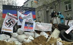 Сторонники федерализации Украины у здания РОВД в Славянске © РИА Новости