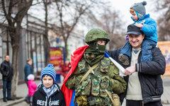 Жители Симферополя фотографируются с военным © РИА Новости, Андрей Стенин