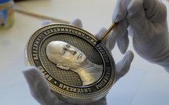 Барельеф президента России Владимира Путина на аверсе памятной монеты © РИА Ново