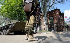 Ситуация у входа в здание СБУ в Славянске © РИА Новости, Михаил Воскресенский