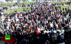 Митинг активистов у здания Донецкой ОГА. Кадр телеканала Russia Today