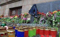 Цветы и свечи у Дома профсоюзов в Одессе. Фото с сайта timer.od.ua