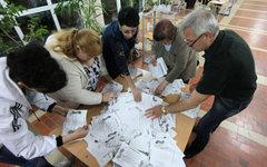 Сотрудники избирательного участка в Луганске подсчитывают голоса © РИА Новости,
