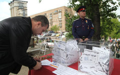 Голосующий на референдуме 11 мая © KM.RU, Алексей Белкин