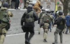 Неизвестные боевики в Донецке. Стоп-кадр видео с Youtube