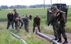 Военнослужащие прокладывают водопровод в Феодосийском районе Крыма © РИА Новости