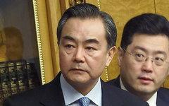 Ван И (в центре). Фото с сайта voachinese.com