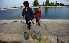 Люди набирают воду в бутылки из Северо-Крымского канала © РИА Новости, Константи