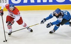 Игрок сборной Чехии (слева) И.Секач и Финляндии Т.Саллинен © РИА Новости, Алексе