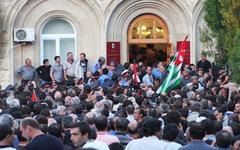 Оппозиционеры штурмуют администрацию президента Абхазии © РИА Новости, Давид Ави