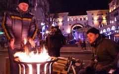 По всему Майдану у костров греются люди © KM.RU, Алексей Белкин