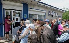 Жители Славянска стоят в очереди за хлебом у одного из магазинов города © РИА Но