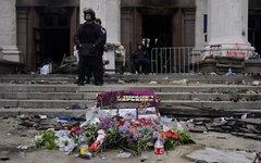Цветы в память о погибших в результате пожара в Доме профсоюзов на площади Кулик