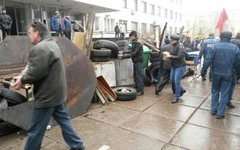 Баррикады возле здания горсовета в Мариуполе. Фото с сайта facenews.ua
