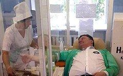 Петр Порошенко сдает кровь для одесситов. Кадр канала «Россия 24»