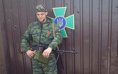Ополченец у ворот погранчасти в Луганске. Фото пользователя Instagram sashakots