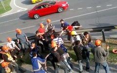Драка мигрантов на стройке «Москва-сити». Стоп-кадр с видео в YouTube