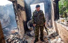 Ополченец в своем разрушенном доне под Славянском © РИА Новости, Андрей Стенин