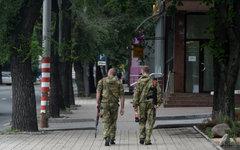 Ополченцы Донбасса на одной из улиц города Донецка © РИА Новости, Михаил Воскрес