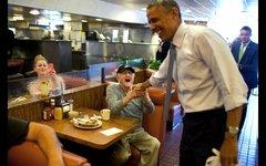 Барак Обама и его поклонник. Фото с сайта whitehouse.gov