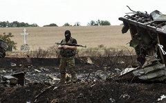 Ополченец на месте катастрофы. Фото с сайта osce.org