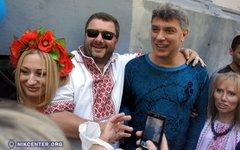 Борис Немцов (справа) с участниками марша в Одессе. Фото с сайта nikcenter.org