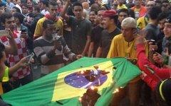 Болельщики жгут флаг Бразилии. Фото из Twitter ЧМ-2014