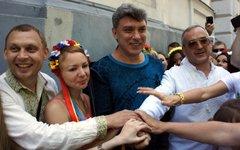Борис Немцов (в центре) с участниками марша в Одессе. Фото с сайта nikcenter.org