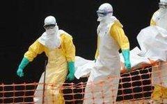 Врачи в месте вспышки лихорадки Эбола. Фото пользователя Twitter @Medik_Us