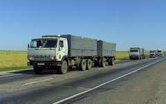 Бортовые автопоезда КамАЗ на трассе. Фото High Contrast с сайта wikimedia.org