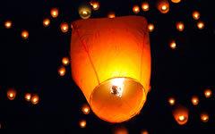 Китайские небесные фонарики. Стоп-кадр с видео в YouTube